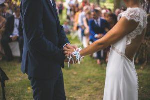 Mariage champêtre couple qui va s'embrasser