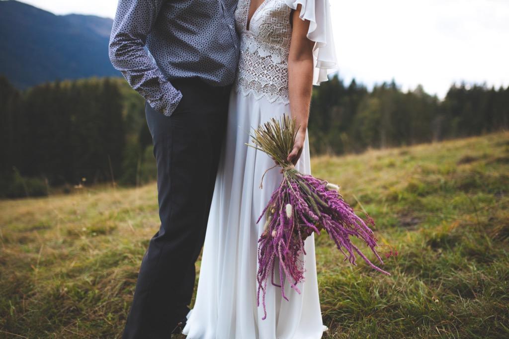 Seance couple - Photo mariage Alpes robe champetre bouquet fleurs sechees