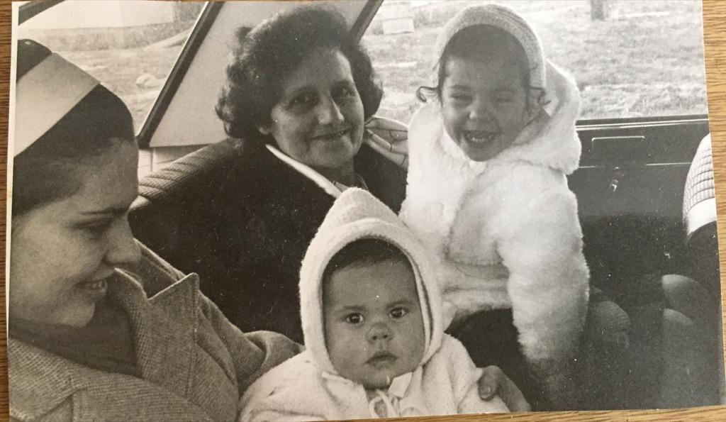 Souvenir de la photographe avec sa grand-mère et son frère